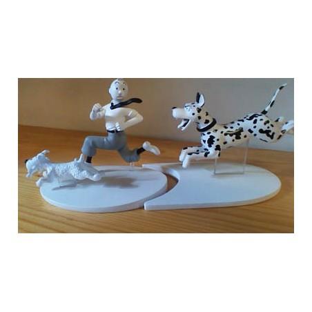 Kuifje  beeldje Zwart-wit Bobbie + Kuifje vluchten voor grote hond (Zwarte rotsen pag. 44)